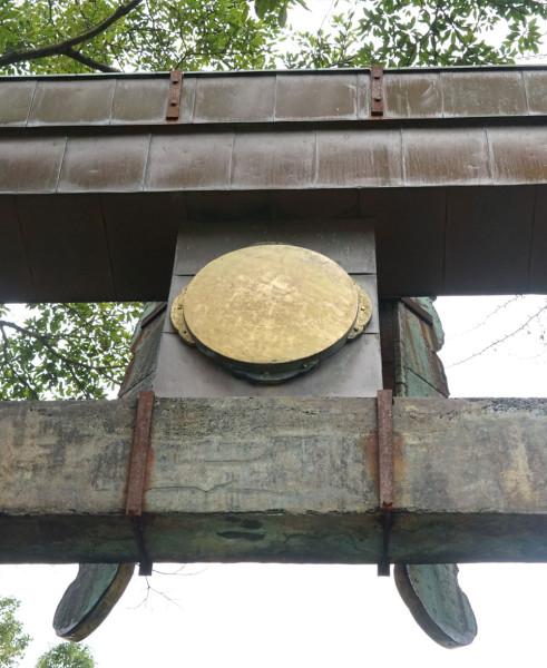 英彦山 勅額裏の丸い金属板アップ
