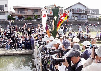 臨時橋ではカメラを構えた人が川入りを待っている